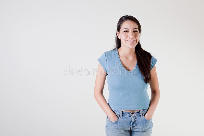 Gelukkige jonge Spaanse vrouw royalty-vrije stock afbeelding