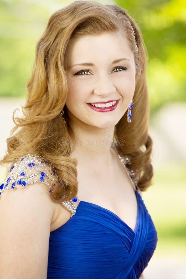 Gelukkige jonge tiener die klaar aan prom worden royalty-vrije stock foto