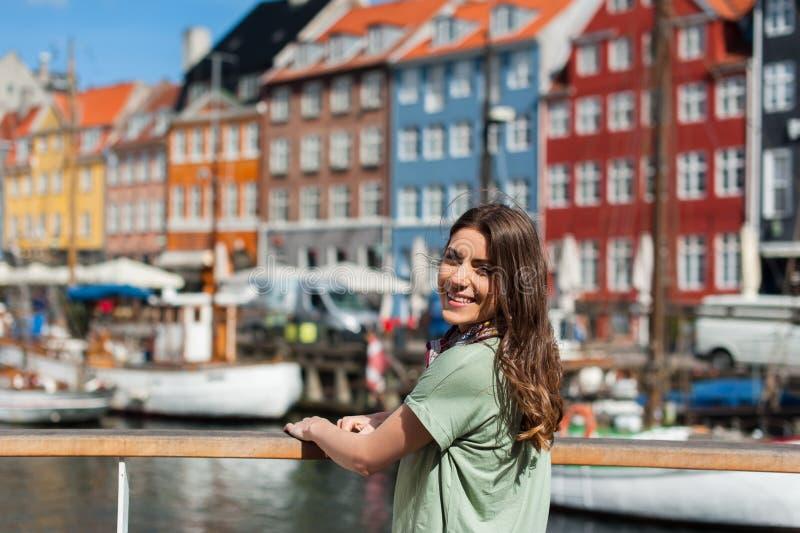 Gelukkige jonge toeristenvrouw die bij camera glimlachen stock foto's