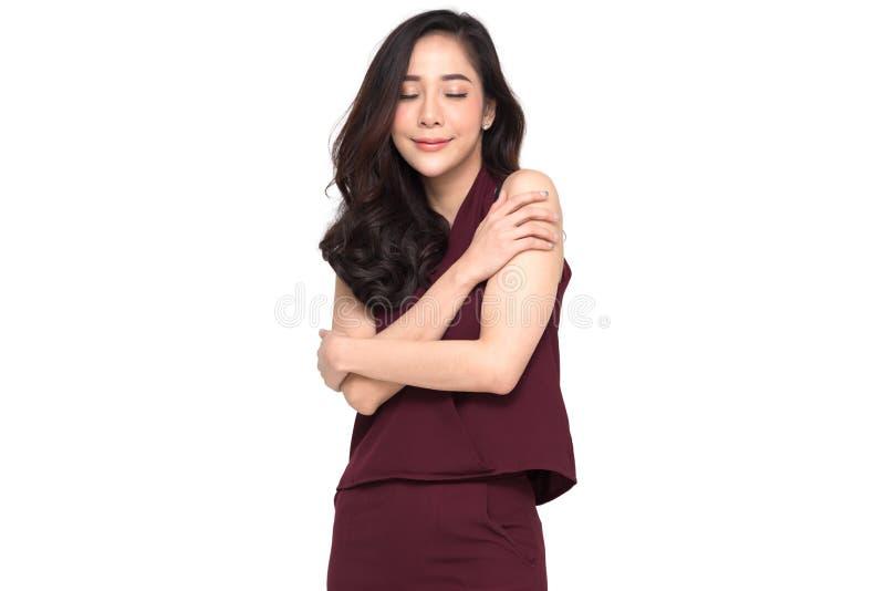 Gelukkige jonge toevallige Aziatische vrouw die koesteren Liefde zelf concept royalty-vrije stock afbeelding