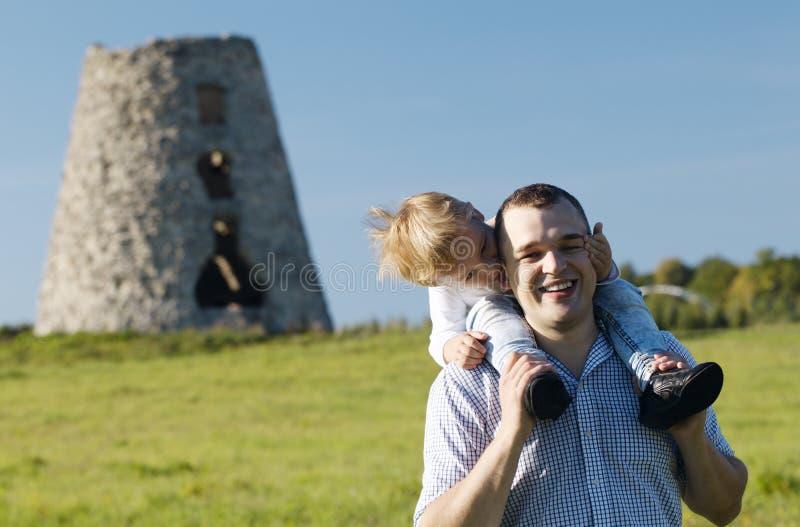 Gelukkige jonge vader en zoon die samen spelen royalty-vrije stock foto