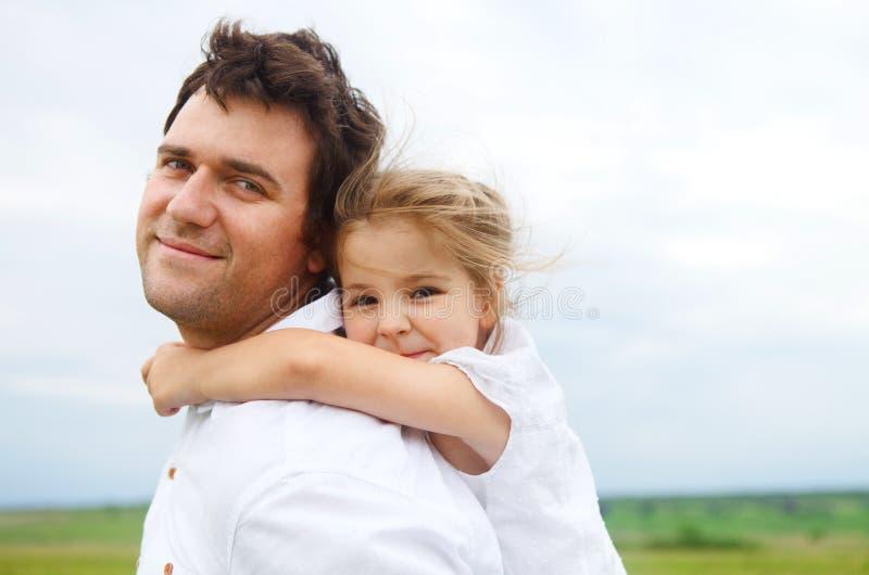 Gelukkige jonge vader met weinig dochter royalty-vrije stock foto