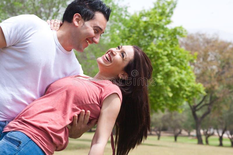 Gelukkige jonge volwassenen in liefde royalty-vrije stock afbeelding
