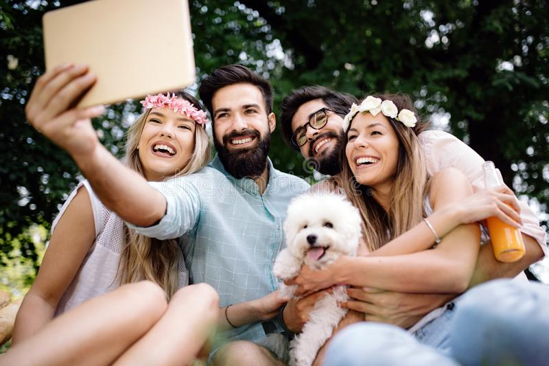 Gelukkige jonge vrienden die pret buiten in aard hebben, die selfie nemen royalty-vrije stock foto