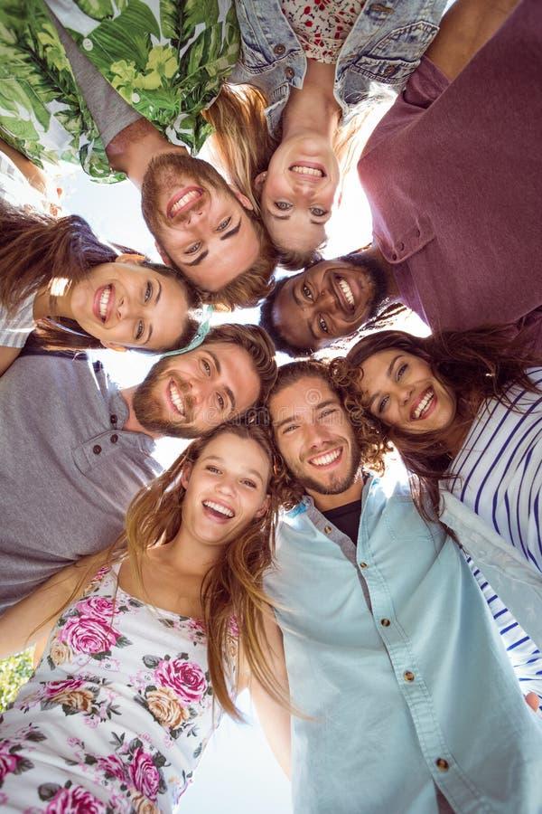 Gelukkige jonge vrienden die samen stellen stock afbeeldingen
