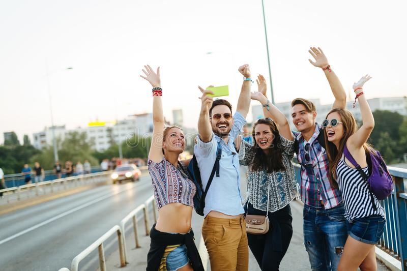 Gelukkige jonge vrienden die selfie op straat nemen stock afbeeldingen