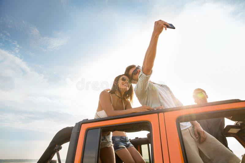 Gelukkige jonge vrienden die selfie tijdens een wegreis nemen royalty-vrije stock fotografie