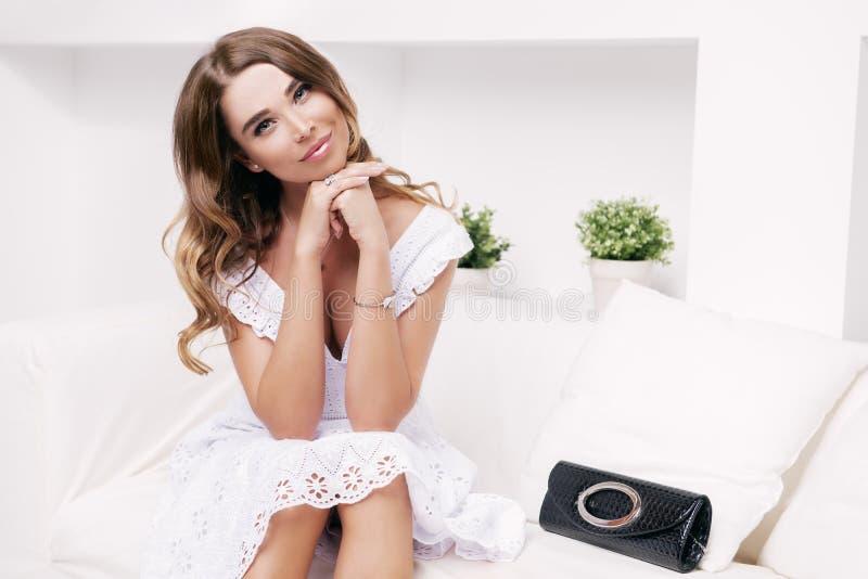 Gelukkige jonge vrouw royalty-vrije stock afbeeldingen