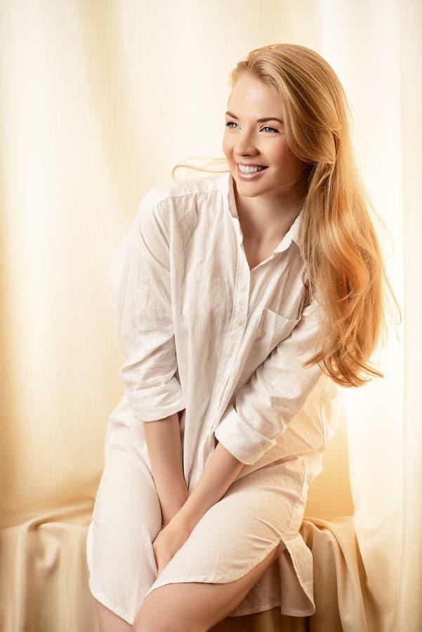 Gelukkige jonge vrouw royalty-vrije stock afbeelding