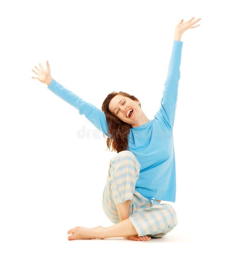 Gelukkige jonge vrouw in blauwe pyjama royalty-vrije stock foto's