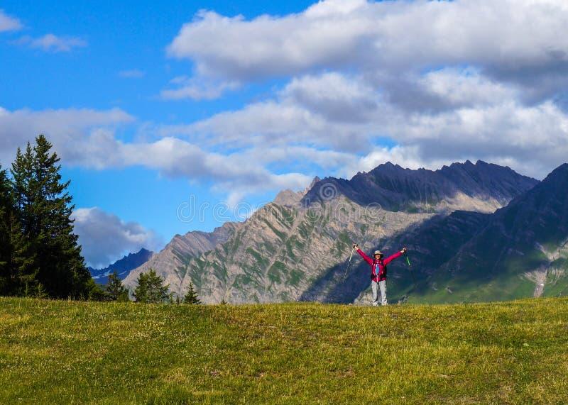 Gelukkige jonge vrouw in de bergen. stock afbeelding