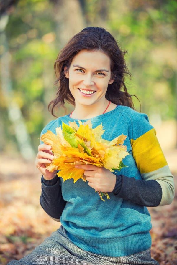 Gelukkige jonge vrouw in de herfstpark stock foto