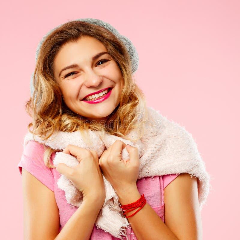Gelukkige jonge vrouw in de winter sweather met gebreide hoofdtelefoons ove royalty-vrije stock afbeeldingen