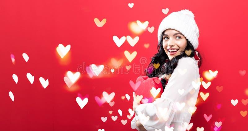 Download Gelukkige Jonge Vrouw Die Een Grote Doos Van De Hartgift Houden Stock Afbeelding - Afbeelding bestaande uit wijfje, doos: 107706339