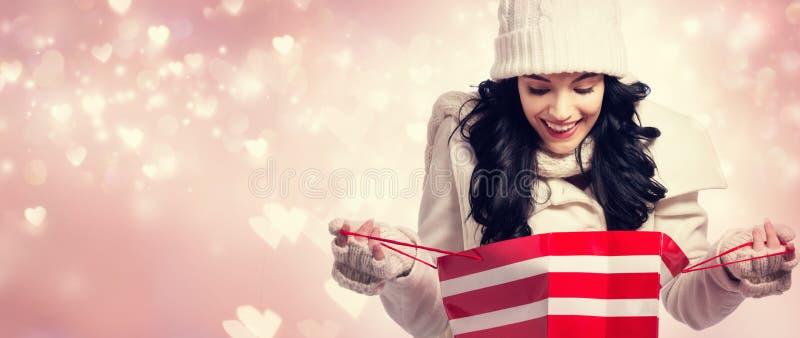 Download Gelukkige Jonge Vrouw Die Een Het Winkelen Zak Houdt Stock Foto - Afbeelding bestaande uit wijfje, roze: 107706414