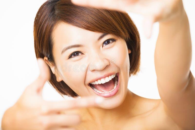 Gelukkige jonge Vrouw die kadervinger tonen royalty-vrije stock afbeelding