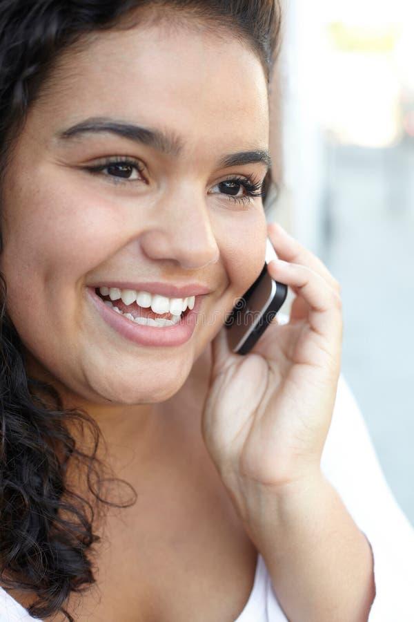 Gelukkige jonge vrouw die mobiele telefoon met behulp van stock foto's