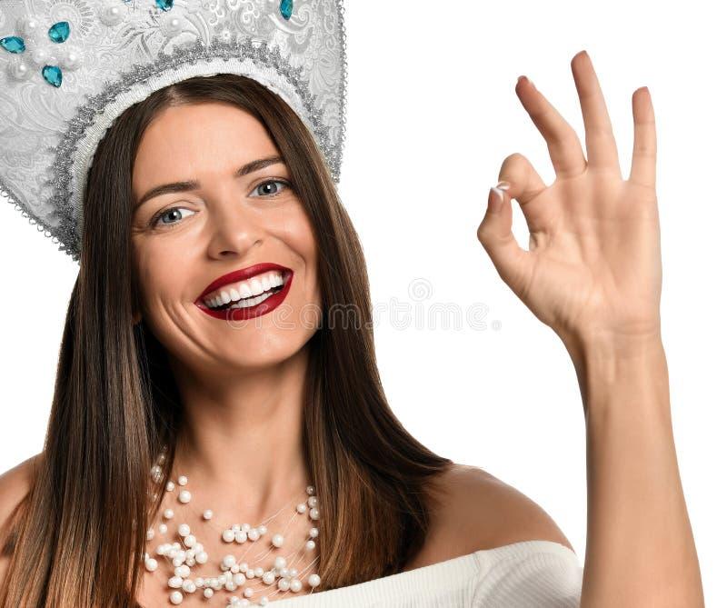 Gelukkige jonge vrouw die o.k. teken met vingers tonen royalty-vrije stock afbeeldingen