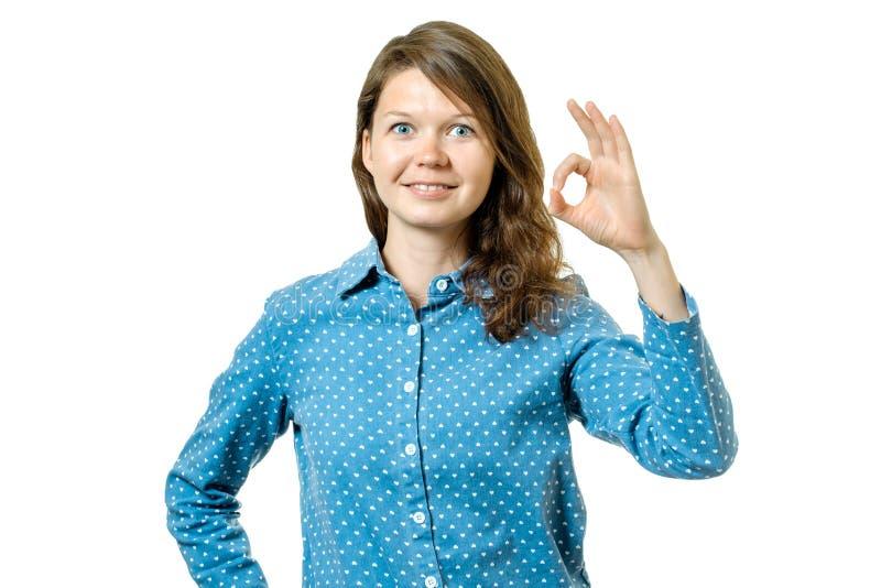Gelukkige jonge vrouw die o.k. teken met vingers tonen royalty-vrije stock fotografie