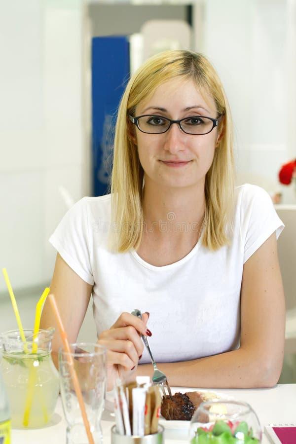 Gelukkige Jonge Vrouw die uit dineren royalty-vrije stock afbeelding