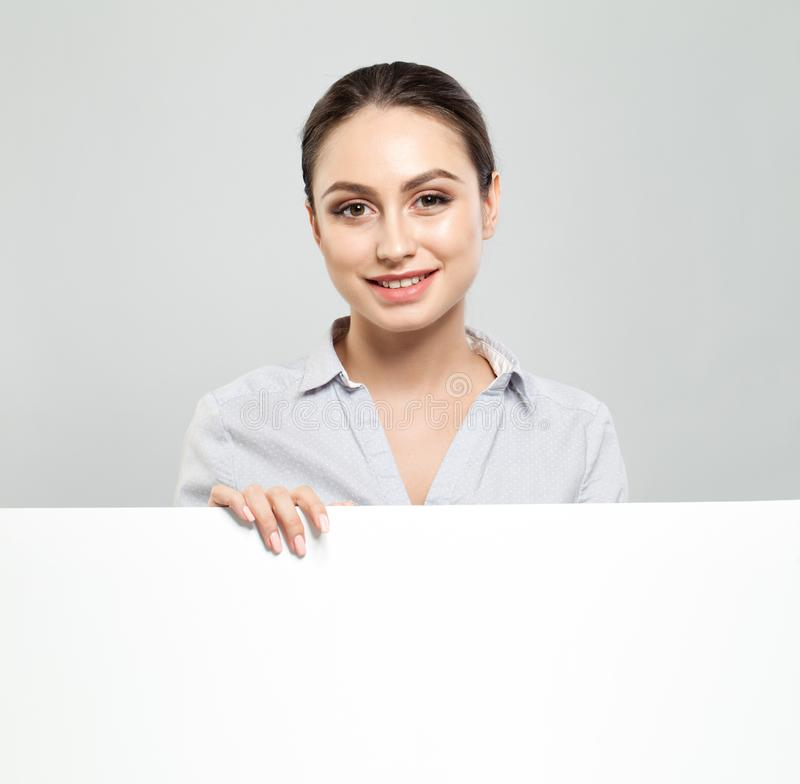 Gelukkige jonge vrouw die uithangbord met leeg copyspacegebied tonen voor advertisiment of sms-bericht Het bedrijfsconcept van he royalty-vrije stock fotografie