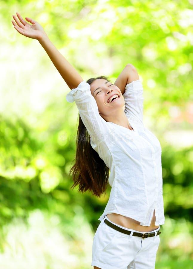Gelukkige Jonge Vrouw die Wapens in Park opheffen royalty-vrije stock foto's