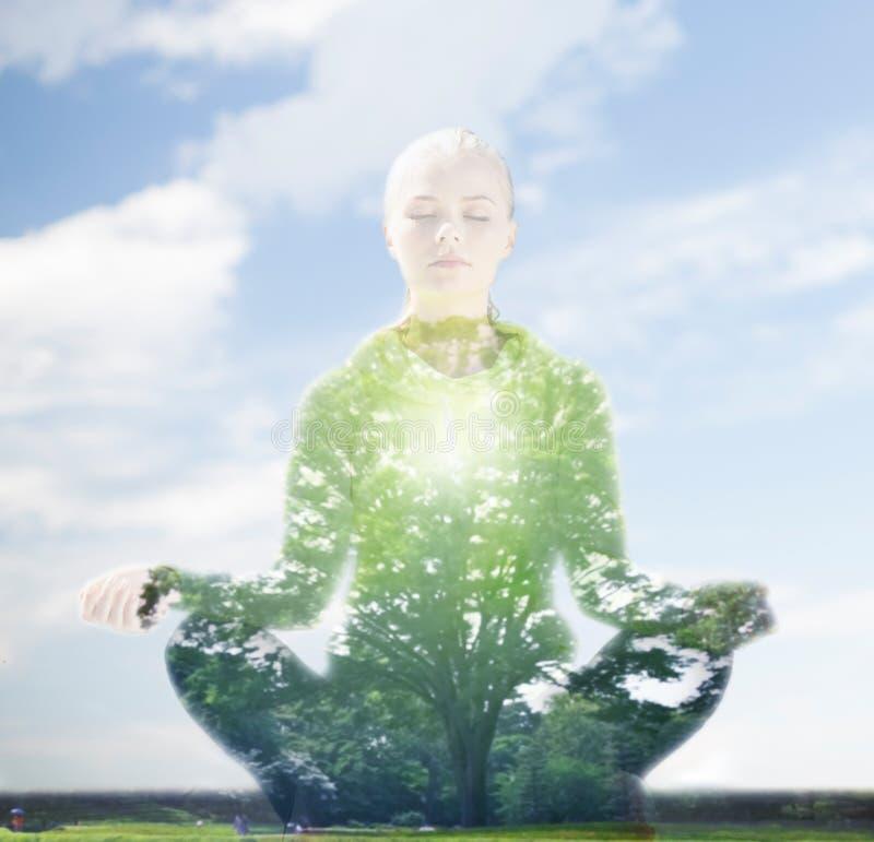 Gelukkige jonge vrouw die yoga in openlucht doen royalty-vrije stock afbeelding