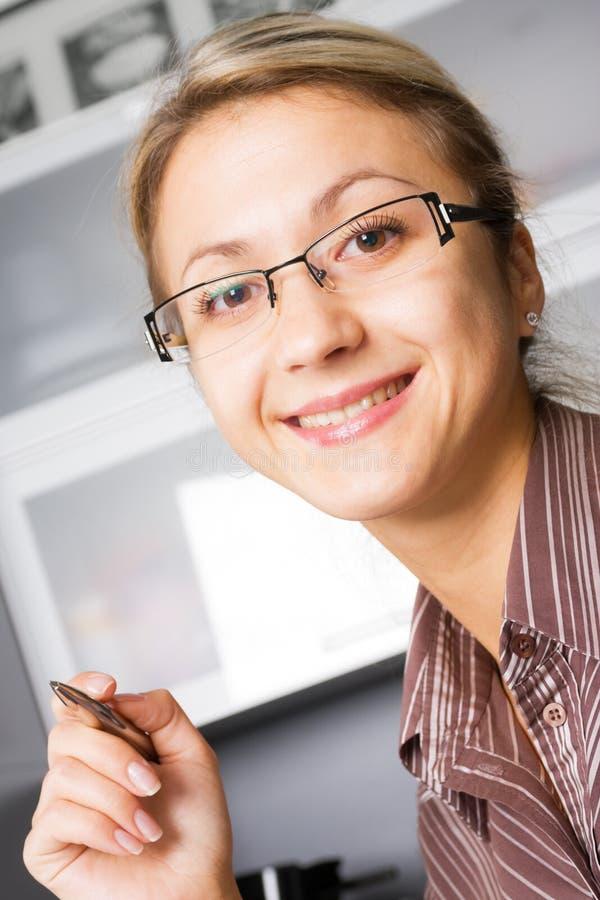 Gelukkige jonge vrouw in glazen stock fotografie