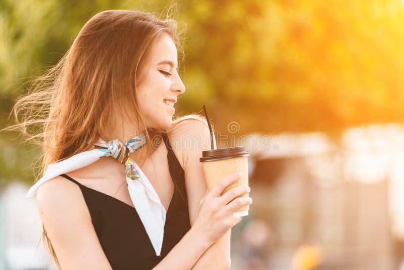 Gelukkige jonge vrouw het drinken koffie stock fotografie