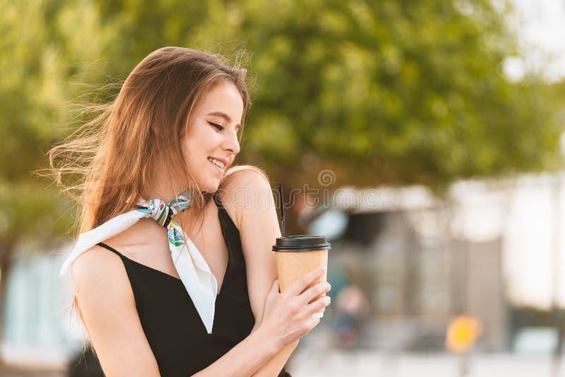Gelukkige jonge vrouw het drinken koffie stock afbeelding