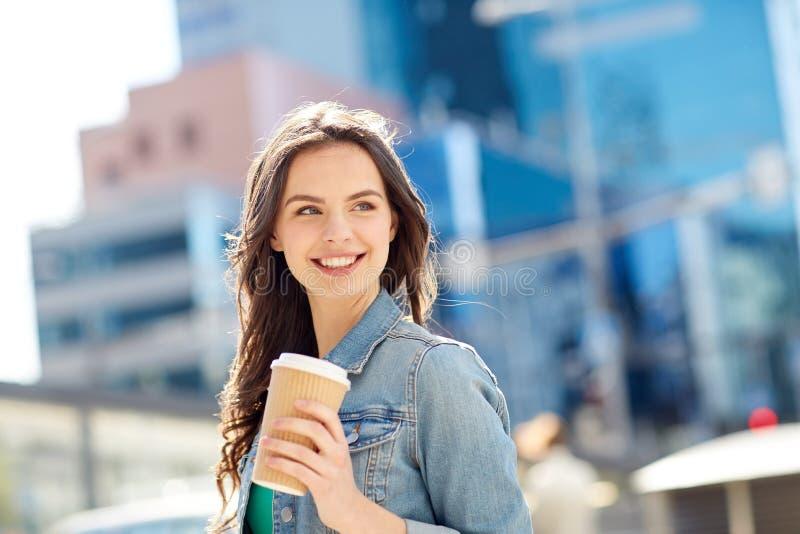 Gelukkige jonge vrouw het drinken koffie op stadsstraat royalty-vrije stock foto