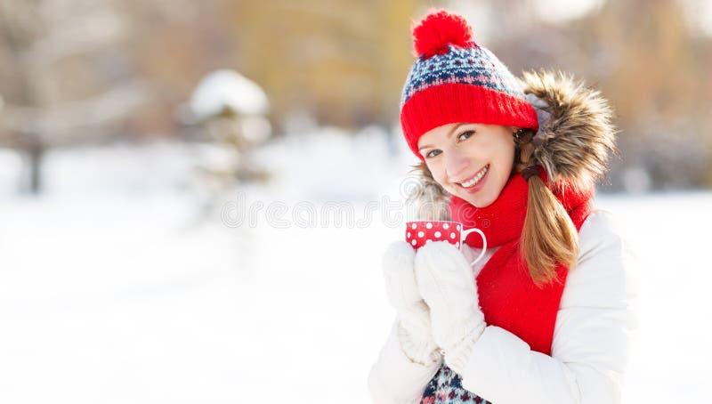 Gelukkige jonge vrouw het drinken thee in de winter stock fotografie