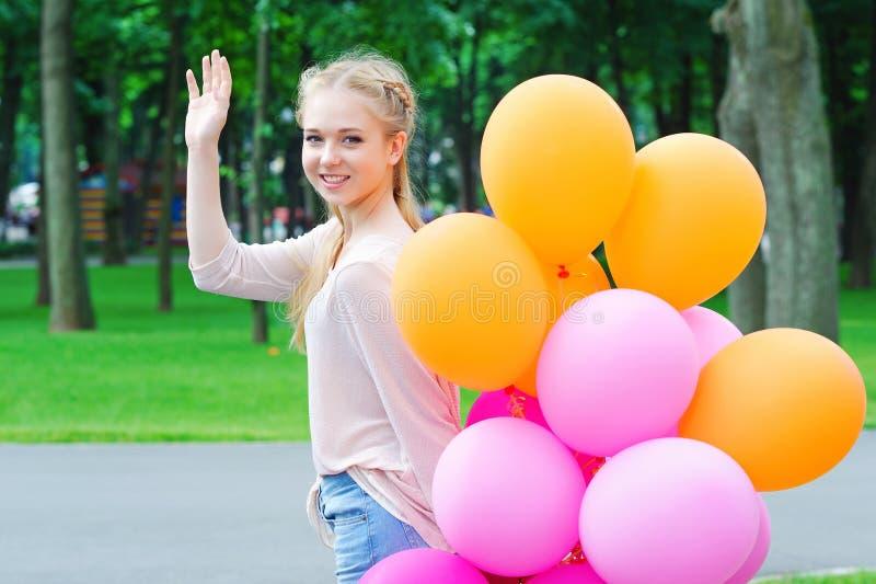 Gelukkige jonge vrouw met ballons stock foto's