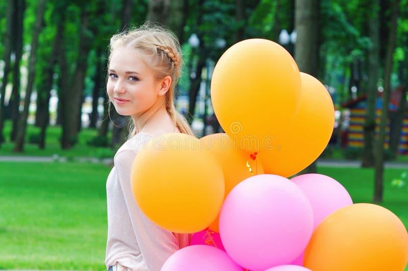 Gelukkige jonge vrouw met ballons royalty-vrije stock afbeeldingen
