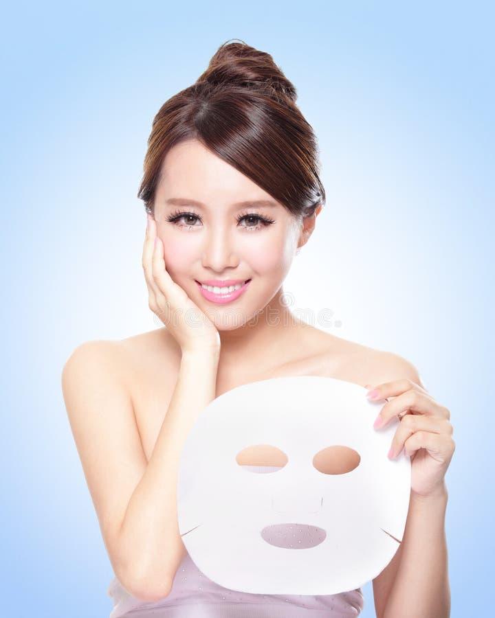 Gelukkige Jonge vrouw met doek gezichtsmasker stock afbeeldingen