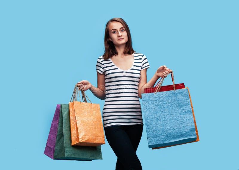 Gelukkige jonge vrouw met het winkelen zakken stock afbeelding