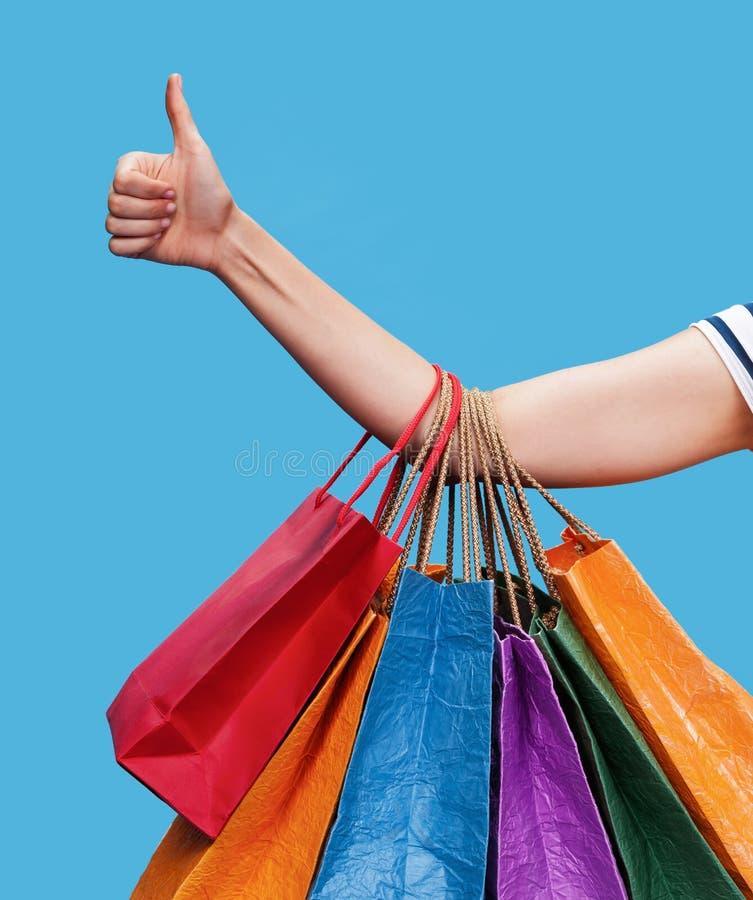Gelukkige jonge vrouw met het winkelen zakken royalty-vrije stock foto's