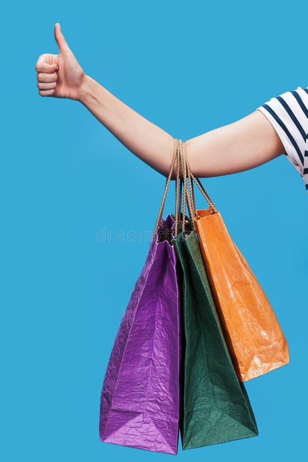 Gelukkige jonge vrouw met het winkelen zakken stock foto's
