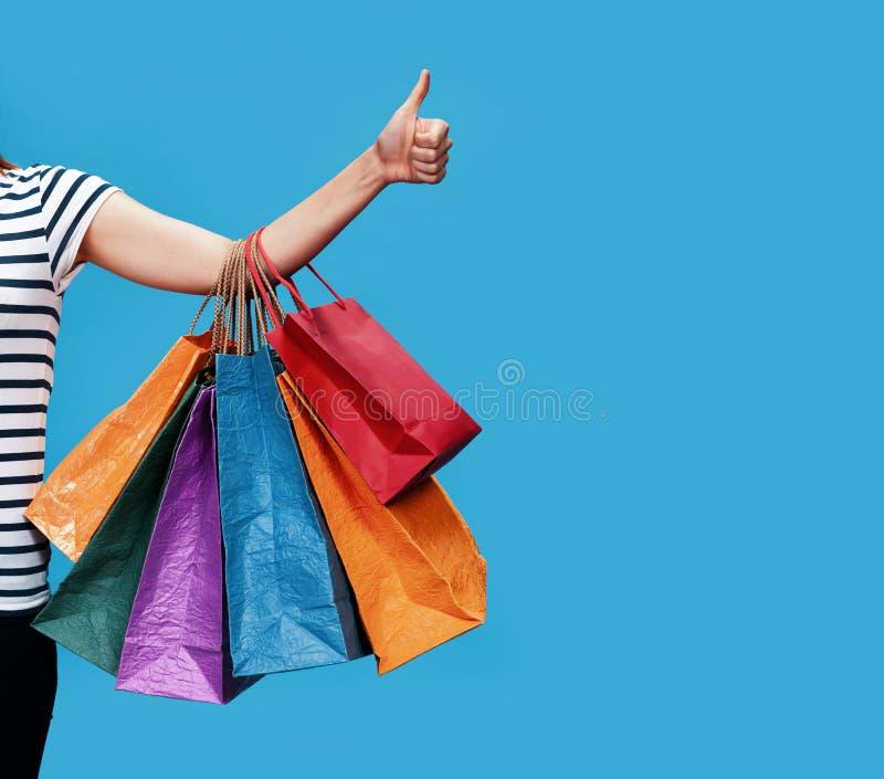 Gelukkige jonge vrouw met het winkelen zakken royalty-vrije stock foto