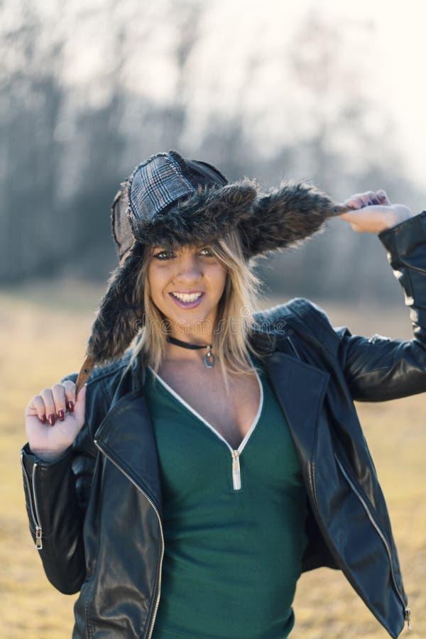 Gelukkige jonge vrouw met hoed stock foto's
