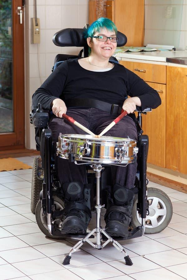 Gelukkige jonge vrouw met kinder hersenverlamming stock foto