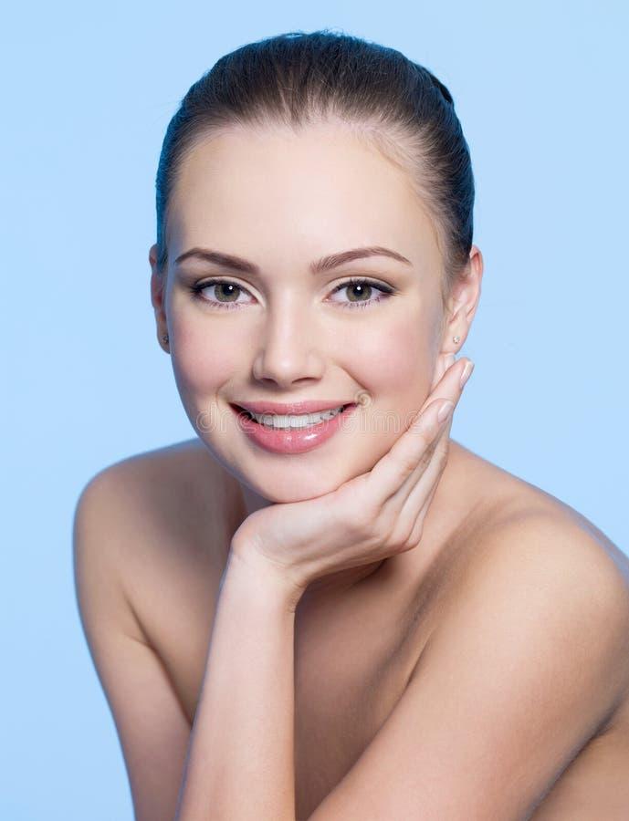 Gelukkige jonge vrouw met schoon gezicht royalty-vrije stock foto's