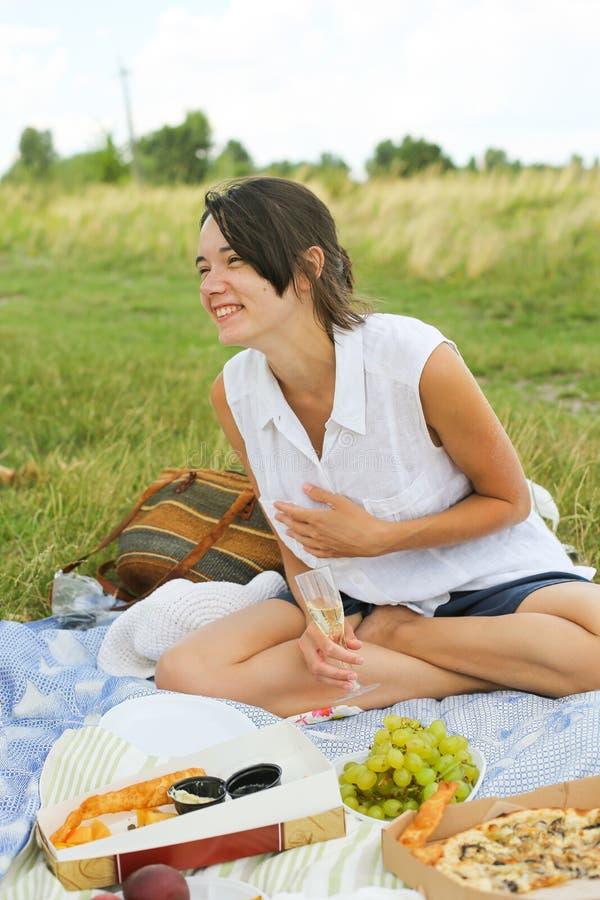 Gelukkige jonge vrouw op picknick royalty-vrije stock afbeeldingen