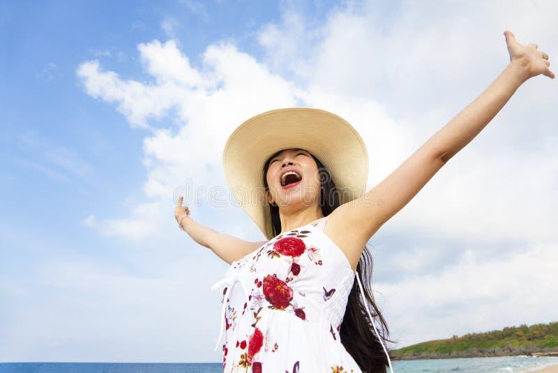 Gelukkige Jonge Vrouw Opgeheven Handen Stock Fotografie