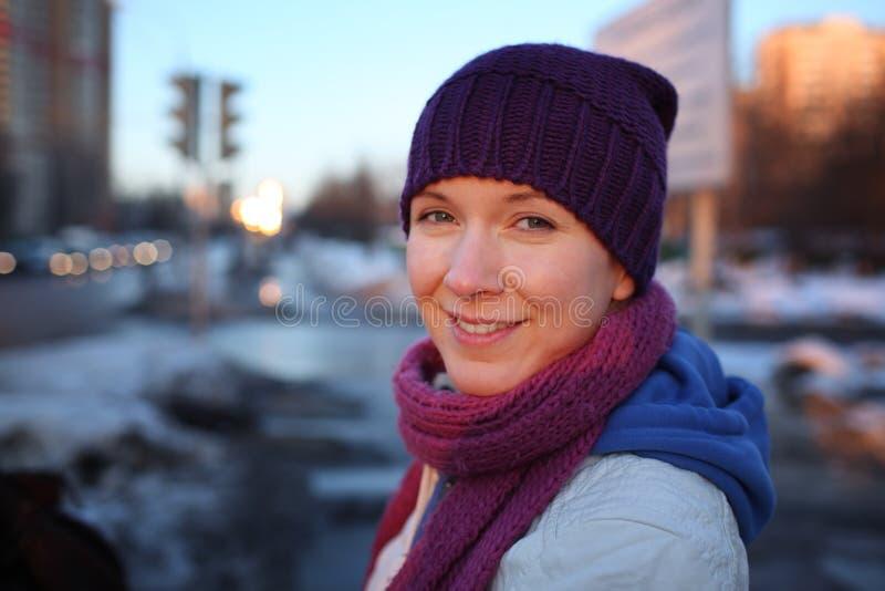 Gelukkige jonge vrouw in stad stock afbeeldingen