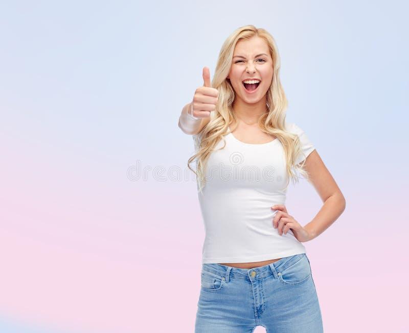 Gelukkige jonge vrouw of tiener in witte t-shirt stock afbeeldingen