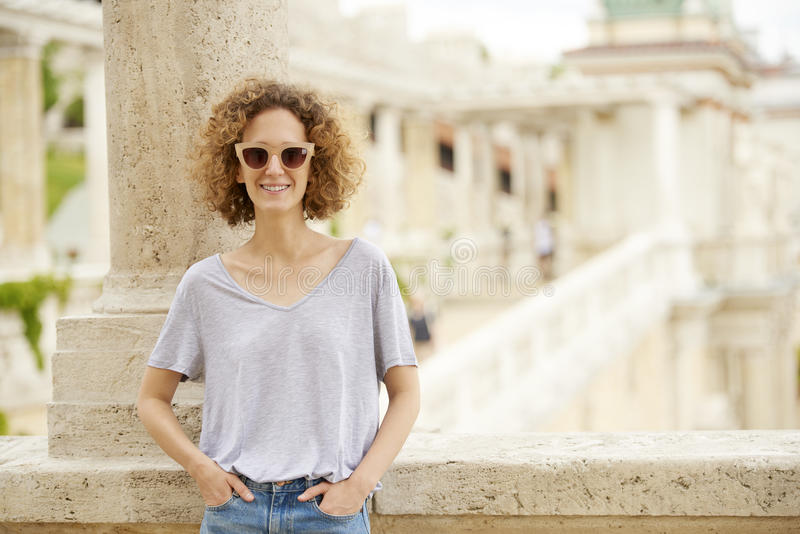 Gelukkige jonge vrouwelijke openlucht royalty-vrije stock foto