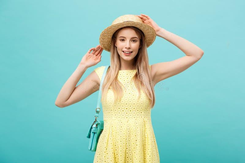 Gelukkige jonge vrouwelijke toerist die de zomer van vakantie genieten Mooi meisje die in witte de zomerkleren hoed houden vakant stock afbeeldingen