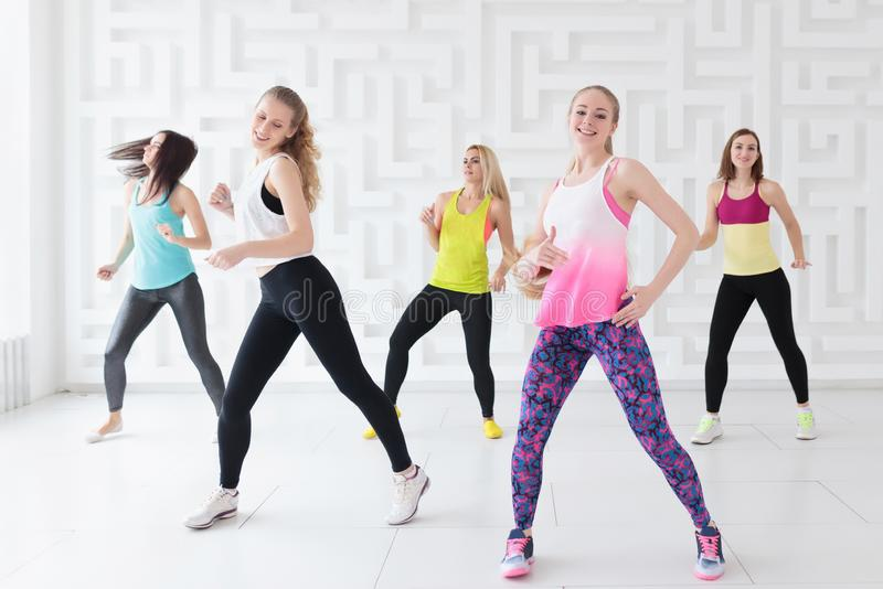 Gelukkige jonge vrouwen die een calorie-brandende dans hebben stock afbeeldingen