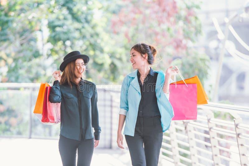 gelukkige jonge vrouwen die het winkelen onderzoeken royalty-vrije stock foto's